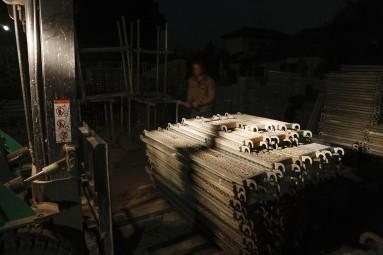 夜の足場資材置き場